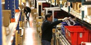 28 novembre 2016. Des employés préparent des produits à la livraison dans un entrepôt du détaillant en ligne d'articles Newegg.