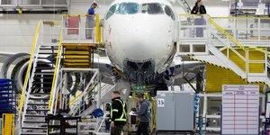 Airbus reduit sa production face a la crise du coronavirus