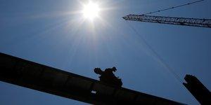 BTP : un ouvrier travaille sur un nouveau building durant une vague de chaleur à Boston, Massachusetts (États-Unis), le 2 juillet 2018