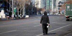Coronavirus / Covid-19 : un homme marche dans une rue de Beijing, en Chine