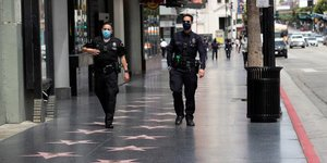 Coronavirus : des officiers du Los Angeles Police Department   LAPD  portent un masque, alors qu& 39 ils patrouillent sur le Hollywood Boulevard, A Los Angeles, en Californie