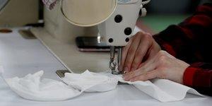 Coronavirus : une couturiEre coud des masques pour les hOpitaux dans le Michigan