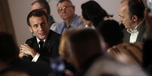 Emmanuel Macron assiste à la Convention citoyenne pour le climat au Conseil économique, social et environnemental (CESE), à Paris, le 10 janvier 2020.