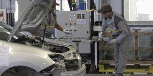 France: la production industrielle plonge en decembre avec les greves