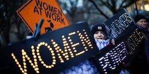 New York (États-Unis), le 8 mars 2019. Une manifestante tient une pancarte durant la Journée internationale des droits des femmes.