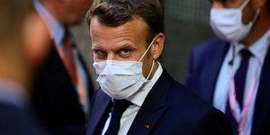 Plan de relance européen : Le président Emmanuel Macron quitte le bâtiment du Conseil européen lors du sommet de l'Union européenne, le 20 juillet 2020