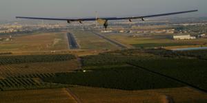 Solar Impulse II se prépare à atterrir à Séville, en Espagne, après un vol de 70 heures au-dessus de l'océan Atlantique le 23 juin 2016