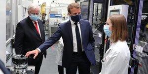 Visite d'Emmanuel Macron à l'usine Valeo d'Étaples (Pas-de-Calais) dans le cadre du plan de soutien à la filière automobile